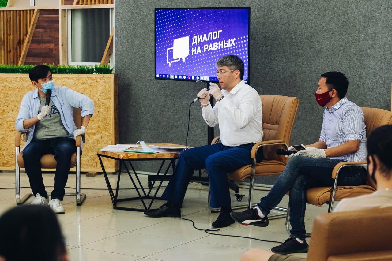 Алексей Цыденов провел «диалог на равных» по предстоящему голосованию о поправках в Конституцию страны с представителями молодежных движений и организаций